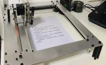 Una estudiante usa un robot para hacer los deberes escolares