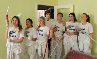 Jóvenes voluntarios pintan las casas de personas sin recursos