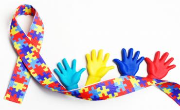 Niño emociona a sus compañeros de clase al revelar que es autista