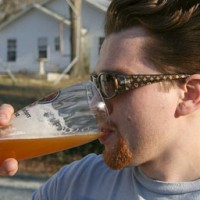 Neknomination, polémico juego de apuestas alcohólicas se expande en Internet
