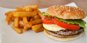 La OMS solicita a los gobiernos frenar el consumo de comida rápida