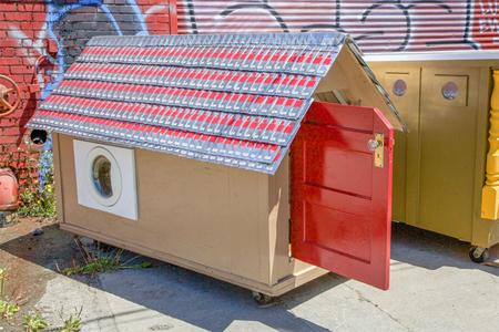 'Homeless homes', materiales desechados transformados en casas para los sintecho