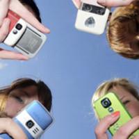 Las universitarias pasan 10 horas al día con el móvil, los universitarios 8