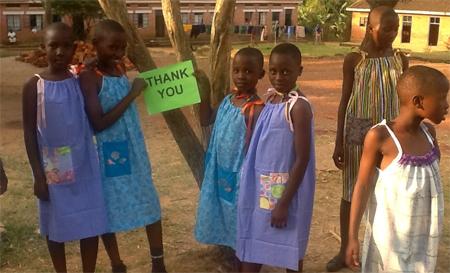 Anciana cose cada día un vestido para los niños necesitados de África