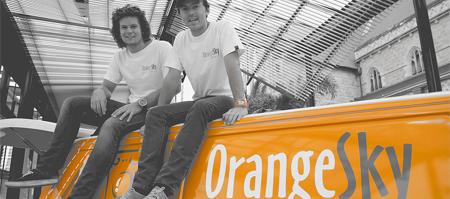 Dos jóvenes ponen en marcha una lavandería móvil gratuita para las personas sin hogar