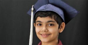 A sus once años termina sus estudios universitarios con tres grados