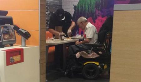 Joven empleado del McDonald's premiado por ayudar a un discapacitado
