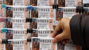 Devuelve más de 1.000 euros y 45 décimos de lotería que encontró en el suelo