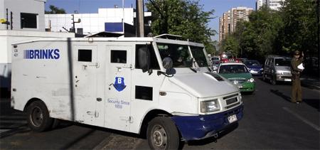 Jóvenes devuelven más de cien mil euros que cayeron de un furgón blindado