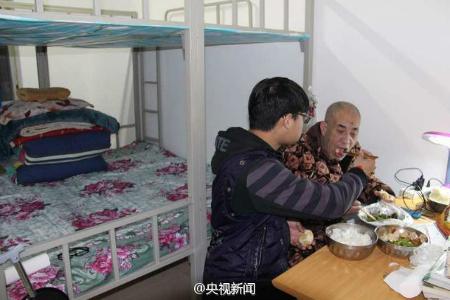 Estudiante lleva a su padre paralizado a la Universidad para poder seguir estudiando