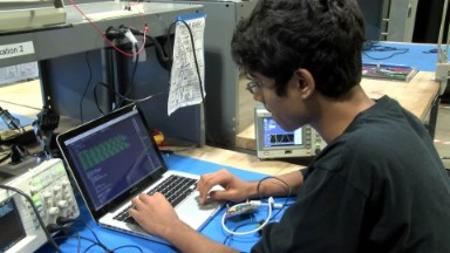 Estudiante crea audífono que cuesta tan sólo 50 dólares