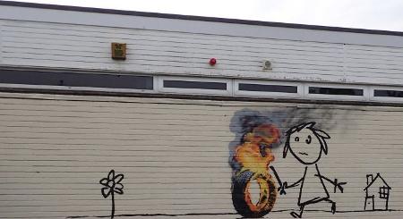 Banksy pinta una de sus obras en una escuela de primaria de Bristol