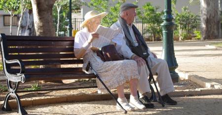 La gente mayor es mucho más feliz que los millennials